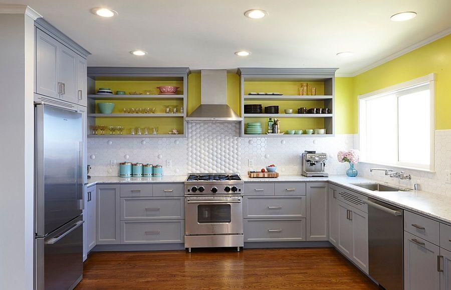 Серо-жёлтый интерьер кухни: объёмная плитка на фартуке