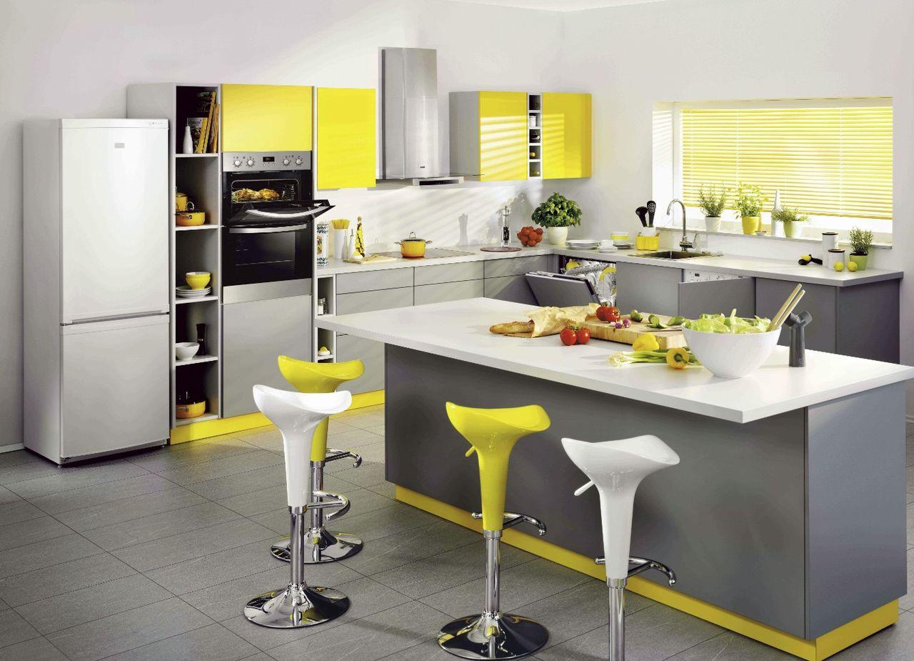 Серо-жёлтый интерьер кухни с островом