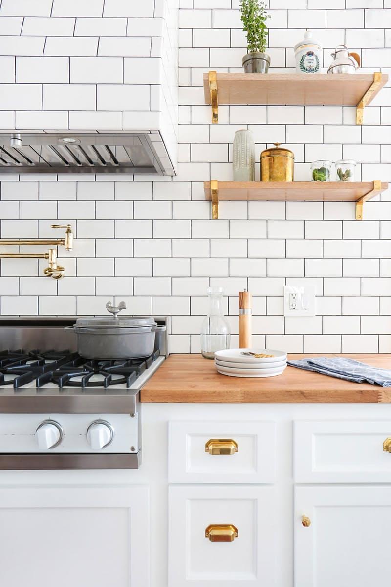 Шикарная белая кухня: маленькие полочки из дерева