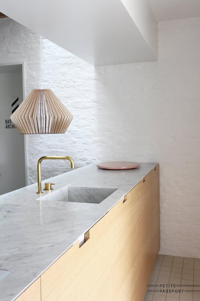Шикарная белая кухня: необычный дизайн люстры