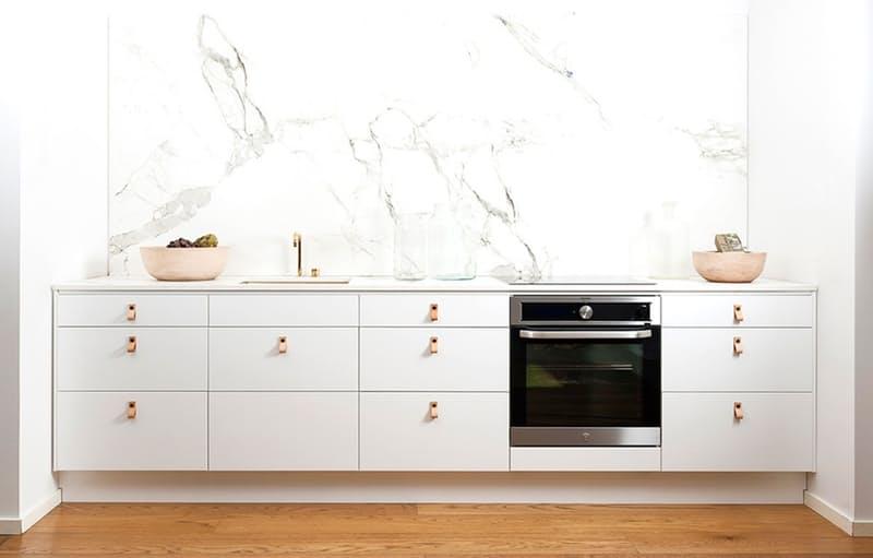 Шикарная белая кухня: высокий фартук из мрамора