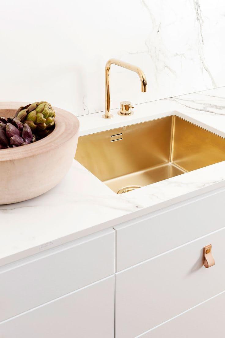 Шикарная белая кухня: раковина с золотым покрытием