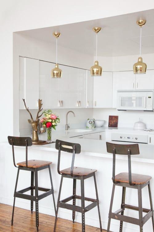 Шикарная белая кухня: высокие барные табуреты