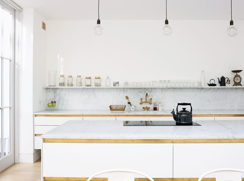 Шикарная белая кухня: чёрный чайник на плите