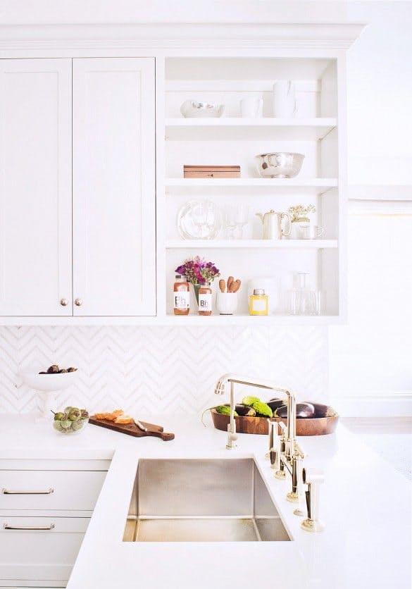 Шикарная белая кухня: фартук с плиткой-зигзаг