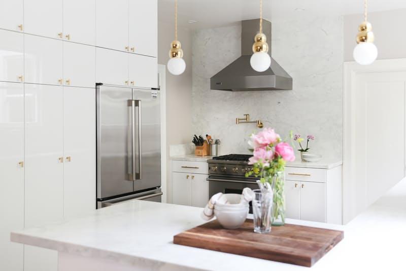 Шикарная белая кухня: розовый букет на столе