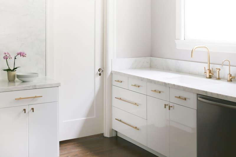 Шикарная белая кухня: позолоченные ручки у шкафов