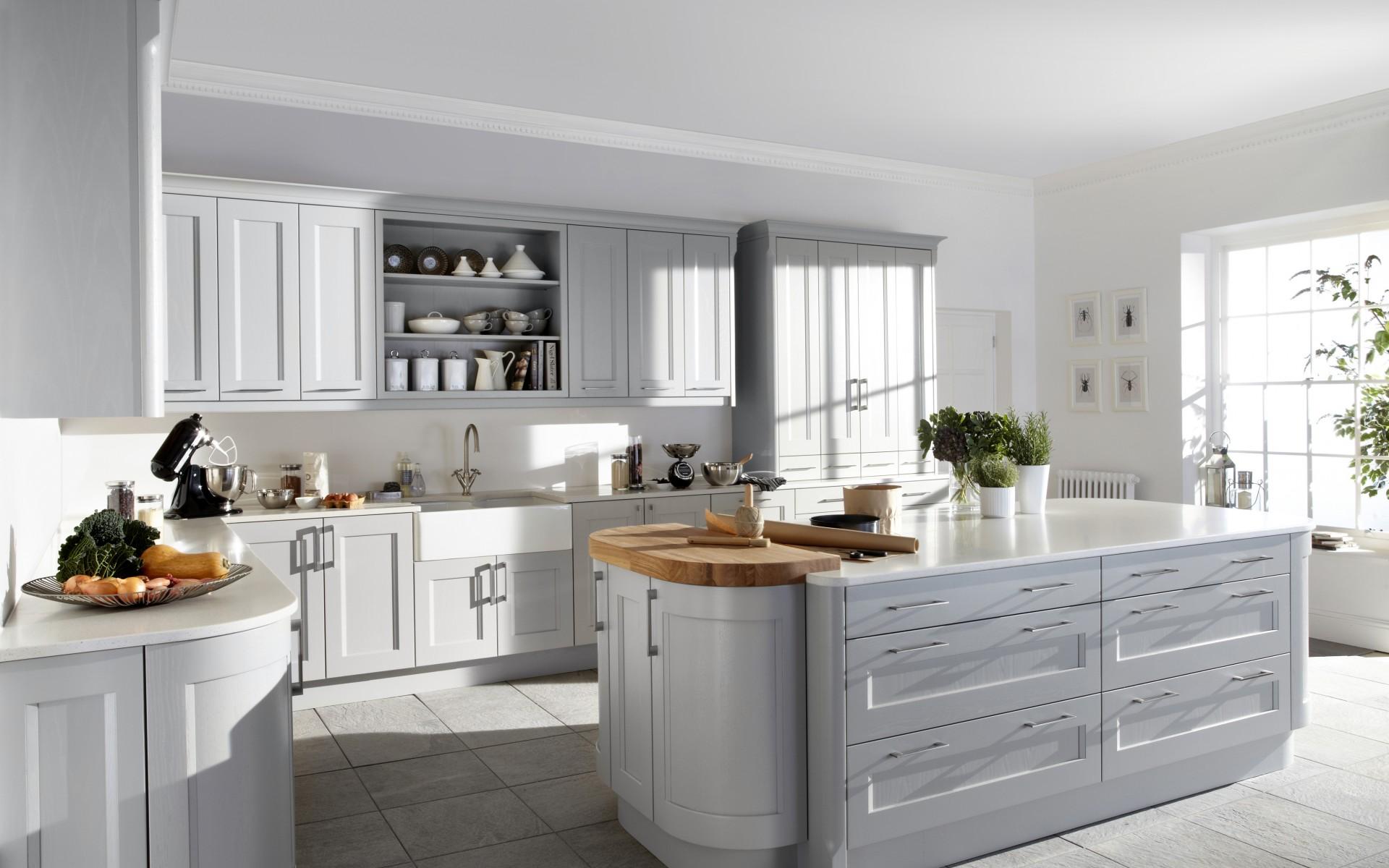 Шикарная белая кухня в стиле модерн