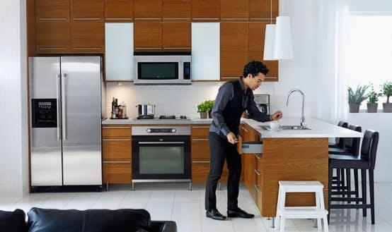 Шкаф над холодильником. Типичные макеты от IKEA, когда площадь используется максимально