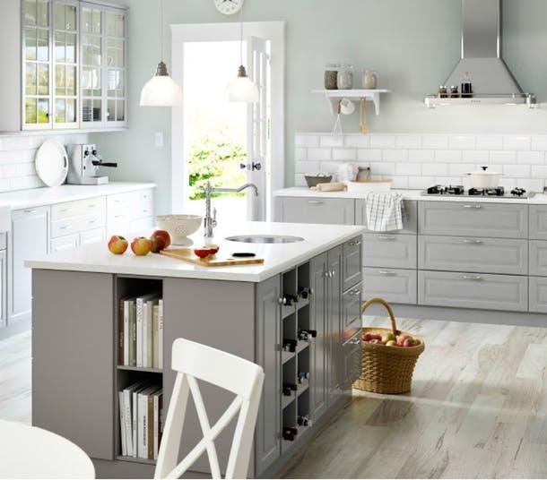 Разнообразные ящики и полки кухонной мебели