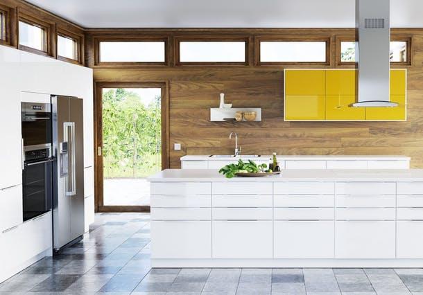Белая мебель на кухне в современном стиле