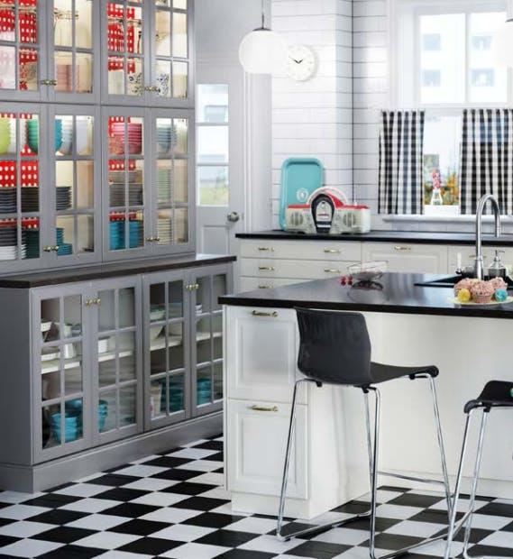 Кухня системы Sektion, 9,3 м/кв, с серыми стеклянными и грязно-белыми дверцами от Bodbyn, передними панелями от FÖRVARA и MAXIMERA