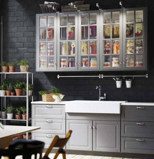Серые дверцы и стеклянные шкафчики от BODBYN, мягко закрывающиеся шкафы от MAXIMERA