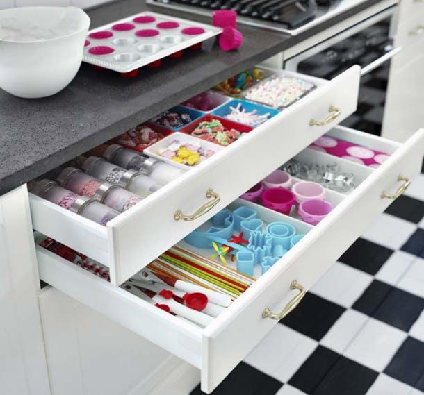 Хранение пекарских инструментов и добавок в выдвижном ящике