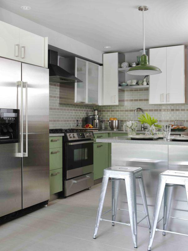 Интерьер стальной кухни с мятными акцентами