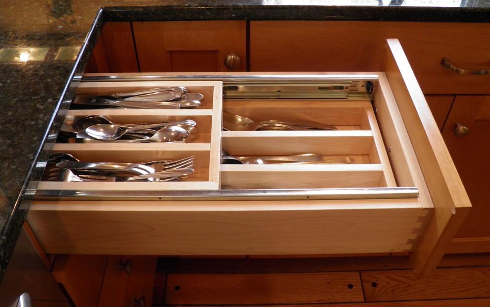Обеденный стол с ящиком для столовых приборов