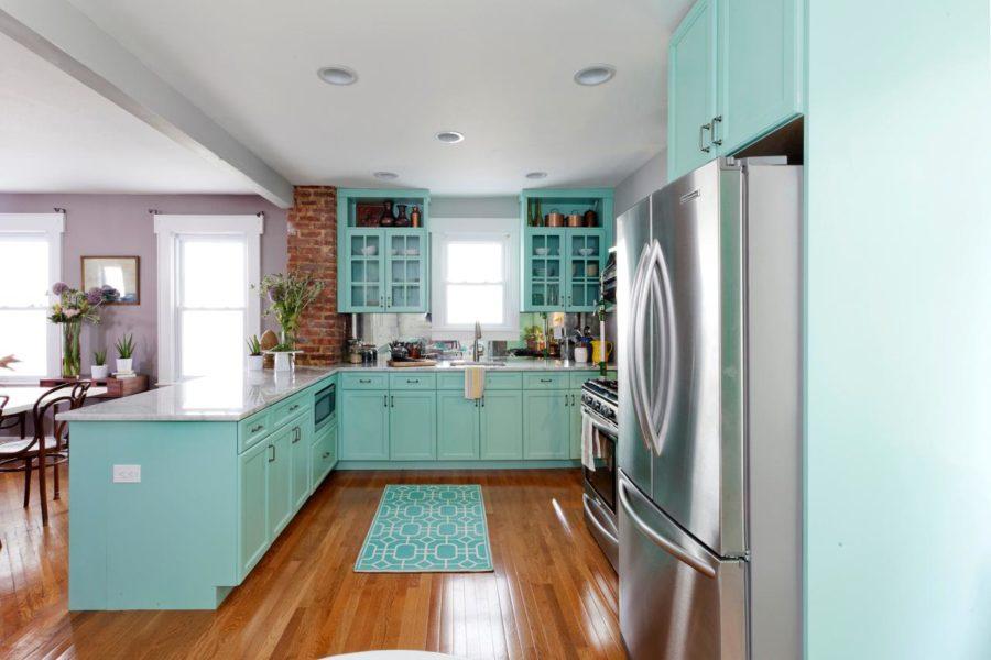 Необычный синий цвет в интерьере кухни - цвет морской волны