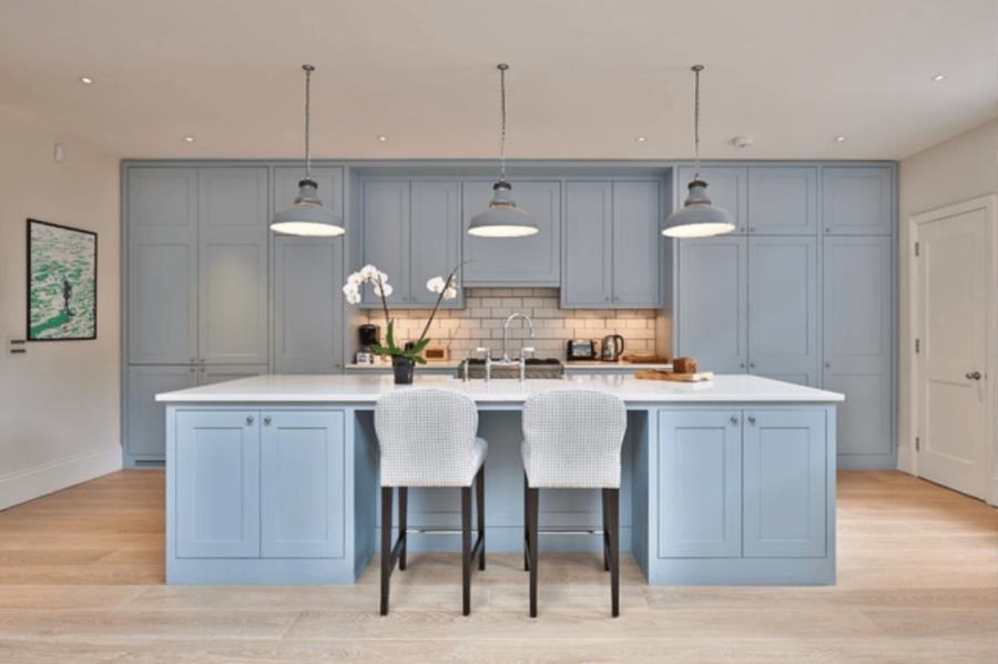 Необычный синий цвет в интерьере кухни - пепельно-голубой и бежевый