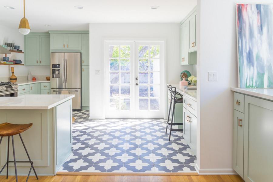 Необычный синий цвет в интерьере кухни - геометрический орнамент