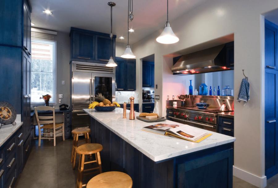 Необычный синий цвет в интерьере кухни - кухня в темно-синих тонах