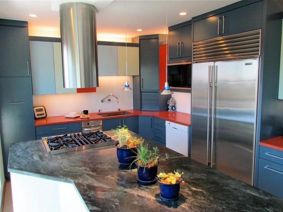 Необычный синий цвет в интерьере кухни