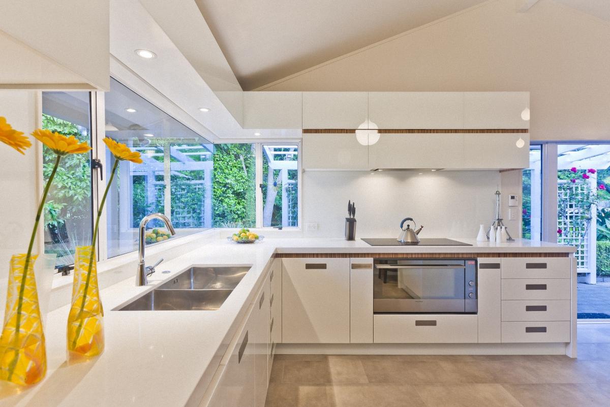 Мойка с двумя чашами из нержавеющей стали в интерьере кухни