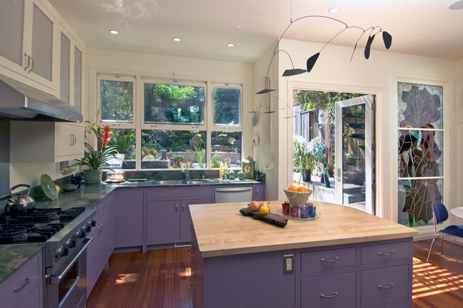 Кухонная раковина под окном в дизайне современной кухни