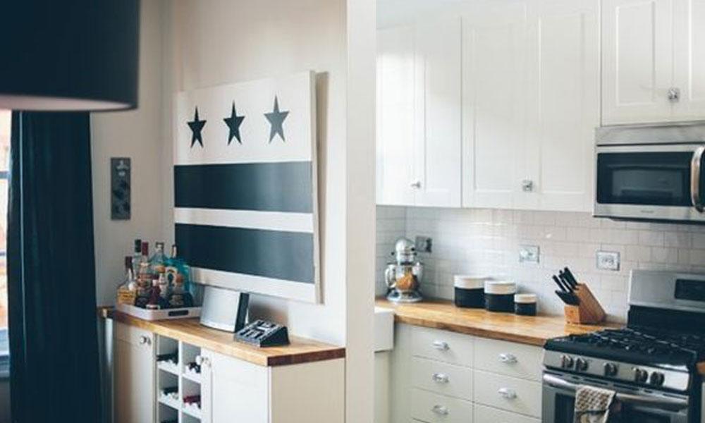 Дизайн маленькой кухни в белой гамме