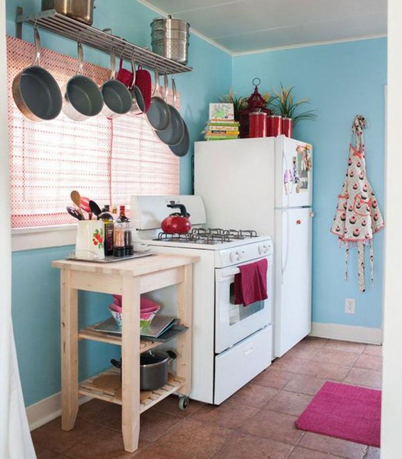 Кухонная утварь на подвесной конструкции в интерьере маленькой кухни