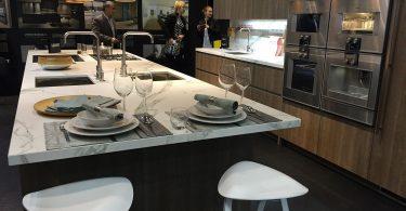 Сочетание мрамора и дерева в дизайне кухонного интерьера