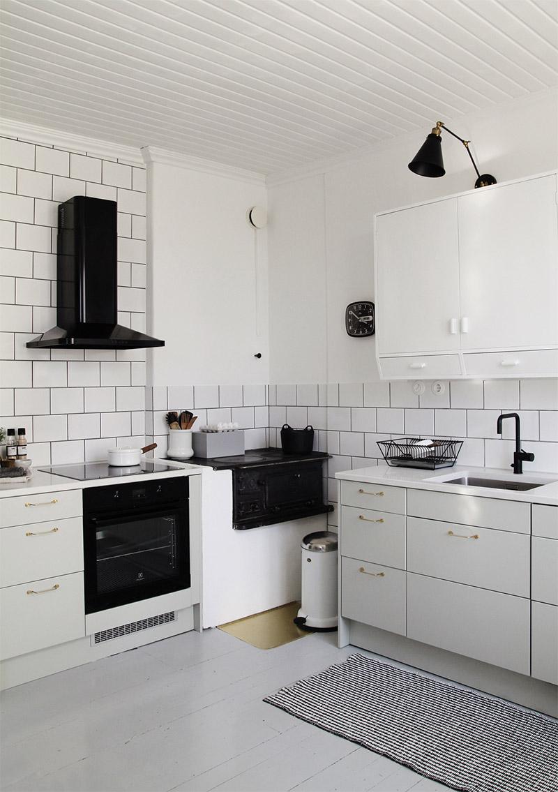 Белый гарнитур в интерьере кухни