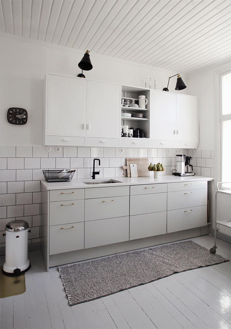 Белая плитка не стенах в интерьере кухни