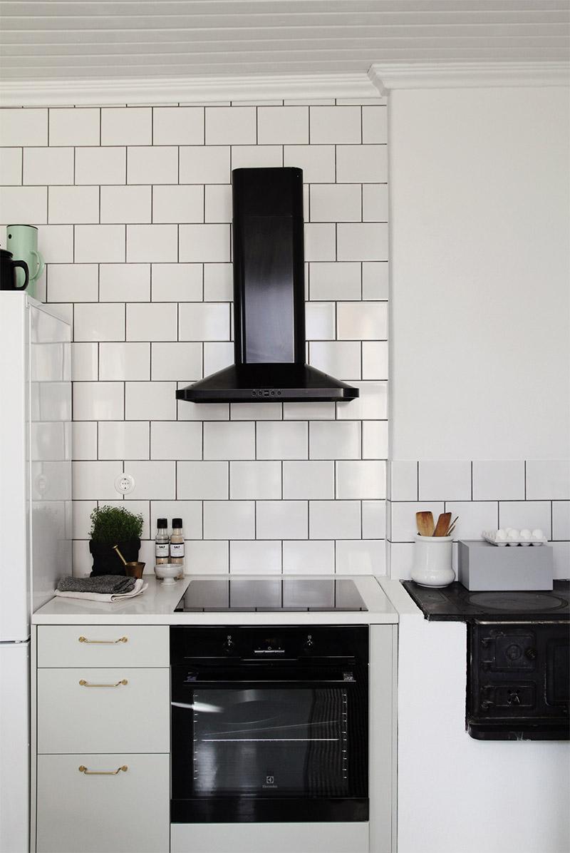 Вытяжка чёрного цвета в интерьере кухни