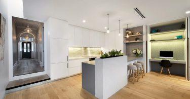 Современная белая кухня с импровизированным садиком из цветов