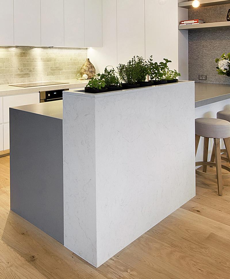 Небольшой кухонный остров в интерьере современной кухни