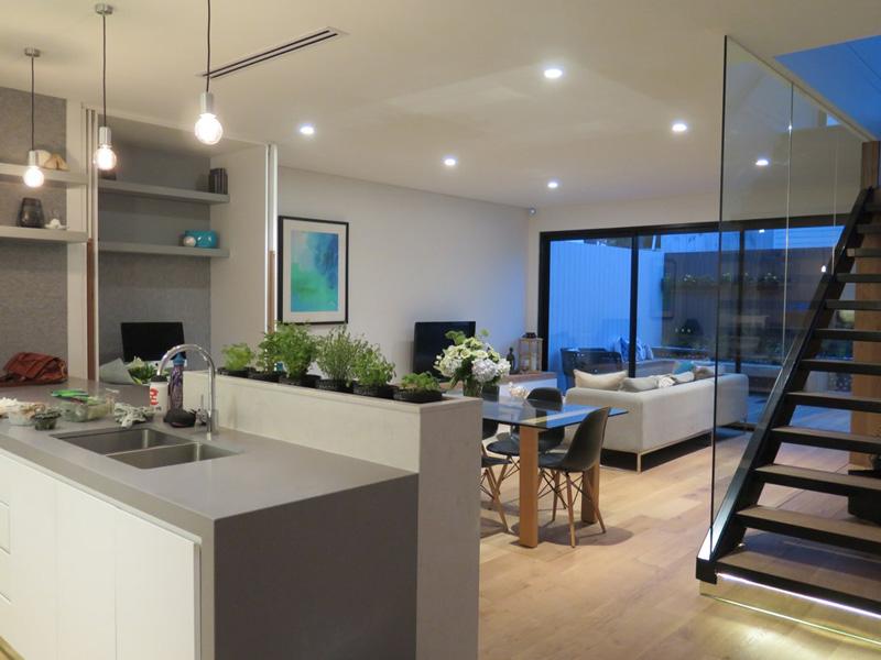 Светлая мебель в интерьере современной кухни