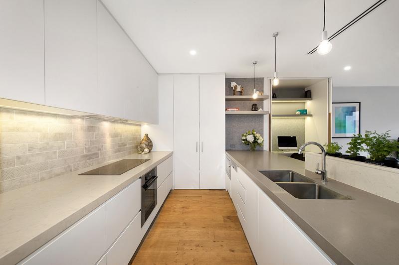 Белый гарнитур в интерьере современной кухни