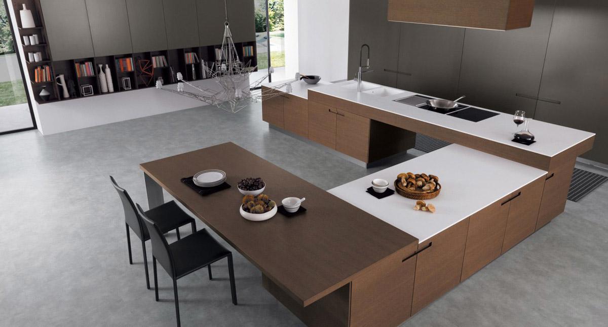 Большая рабочая поверхность в белом цвете в интерьере кухни