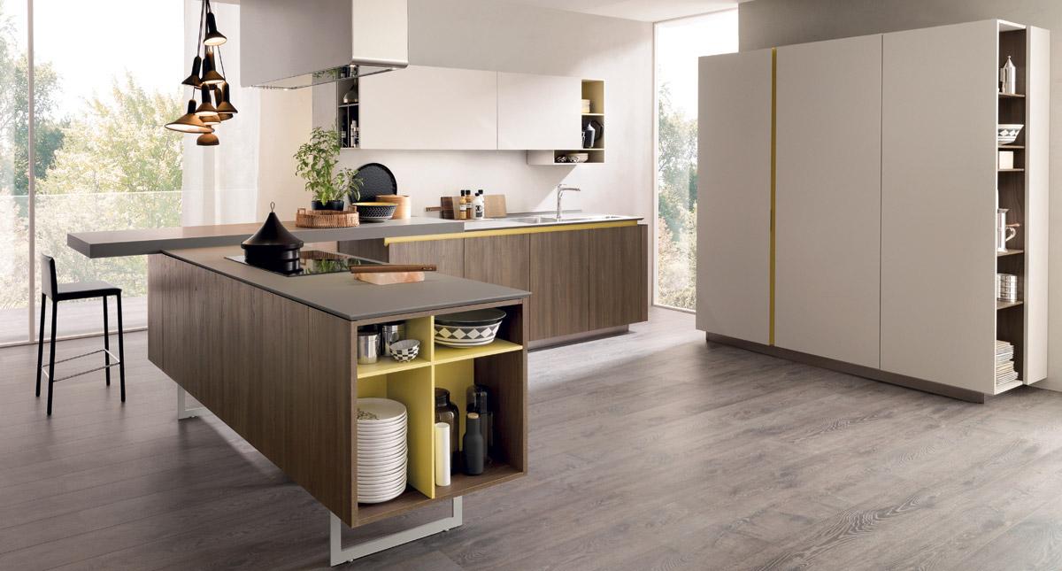 Окраска полок в кухонных шкафах желтым цветом