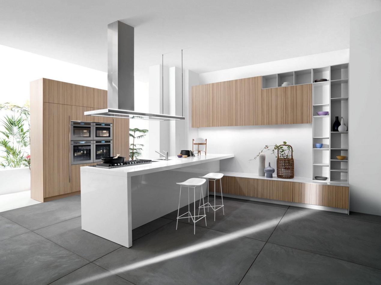 Утончённые барные стулья в белом цвете в интерьере кухни