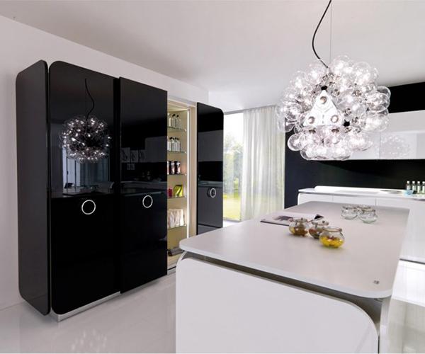 Современная мебель для кухни: чёрный глянцевый шкаф