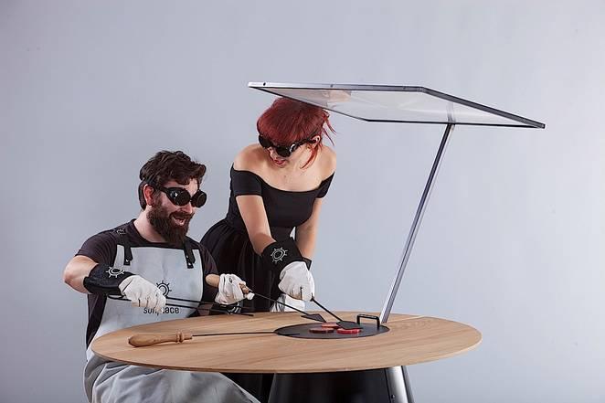Обеденный стол, в который вмонтирована солнечная плита
