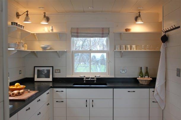 Белая кухня с выразительной темной столешницей