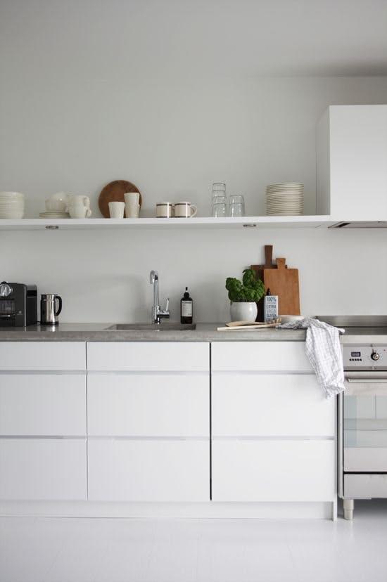 Прочная бетонная столешница на светлой кухне