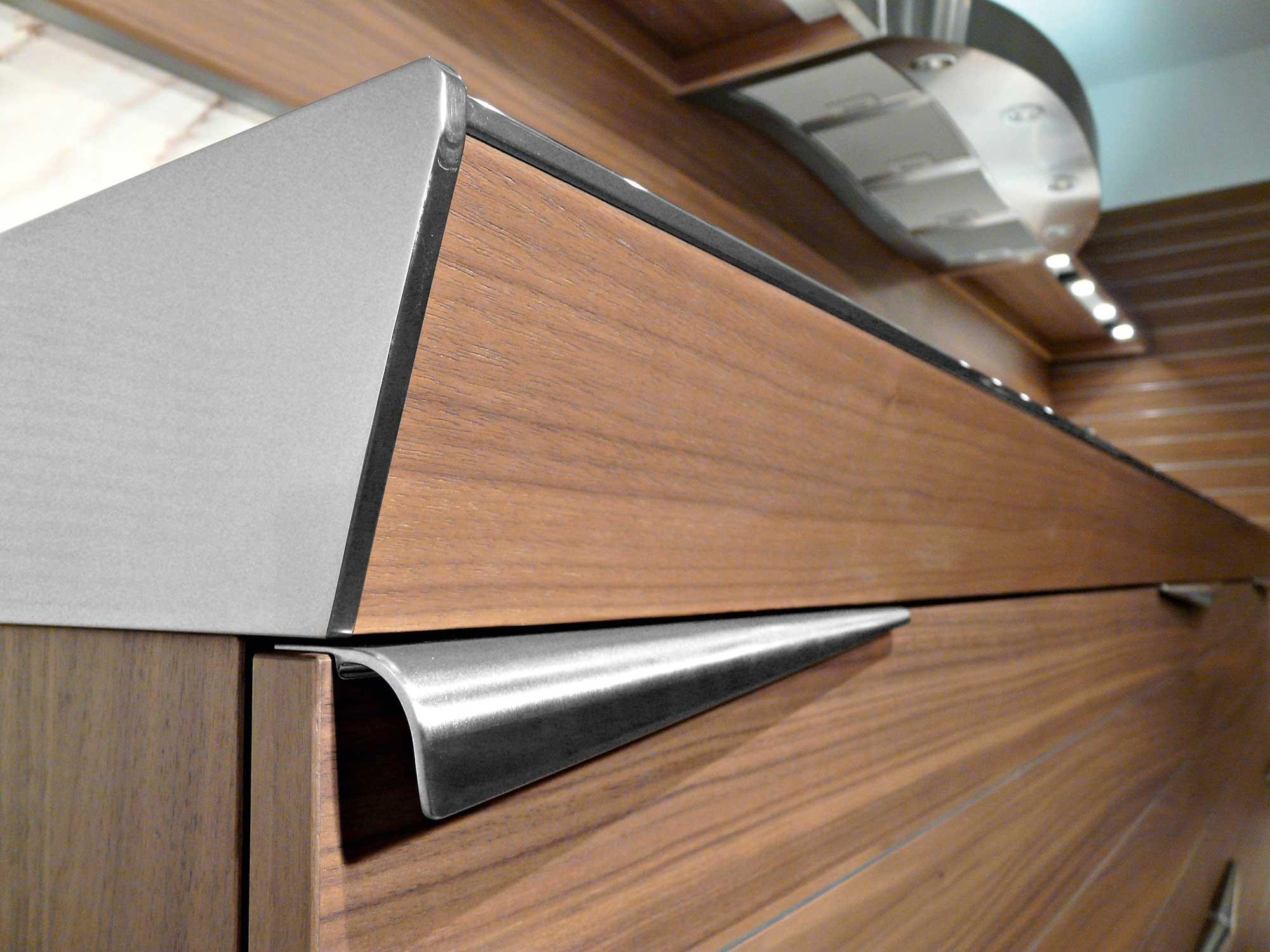 Современный дизайн кухонного гарнитура: ручки из нержавеющей стали
