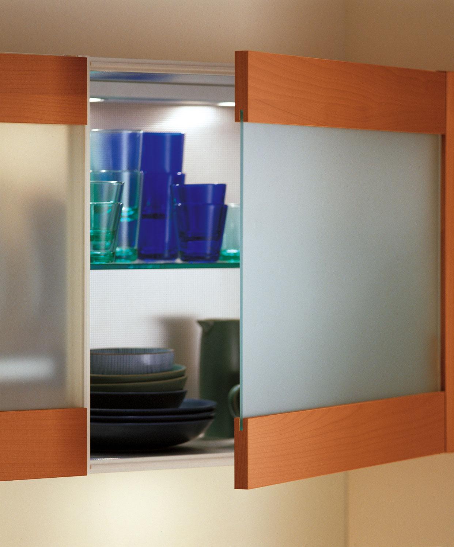 Современный дизайн кухонного гарнитура: стеклянная посуда на полках