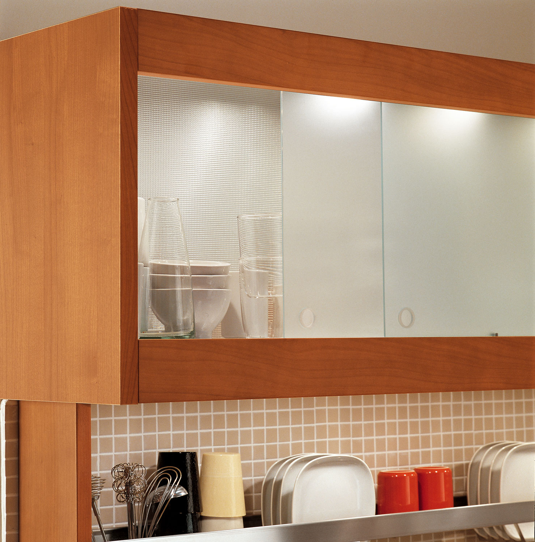 Современный дизайн кухонного гарнитура: удобная система хранения посуды