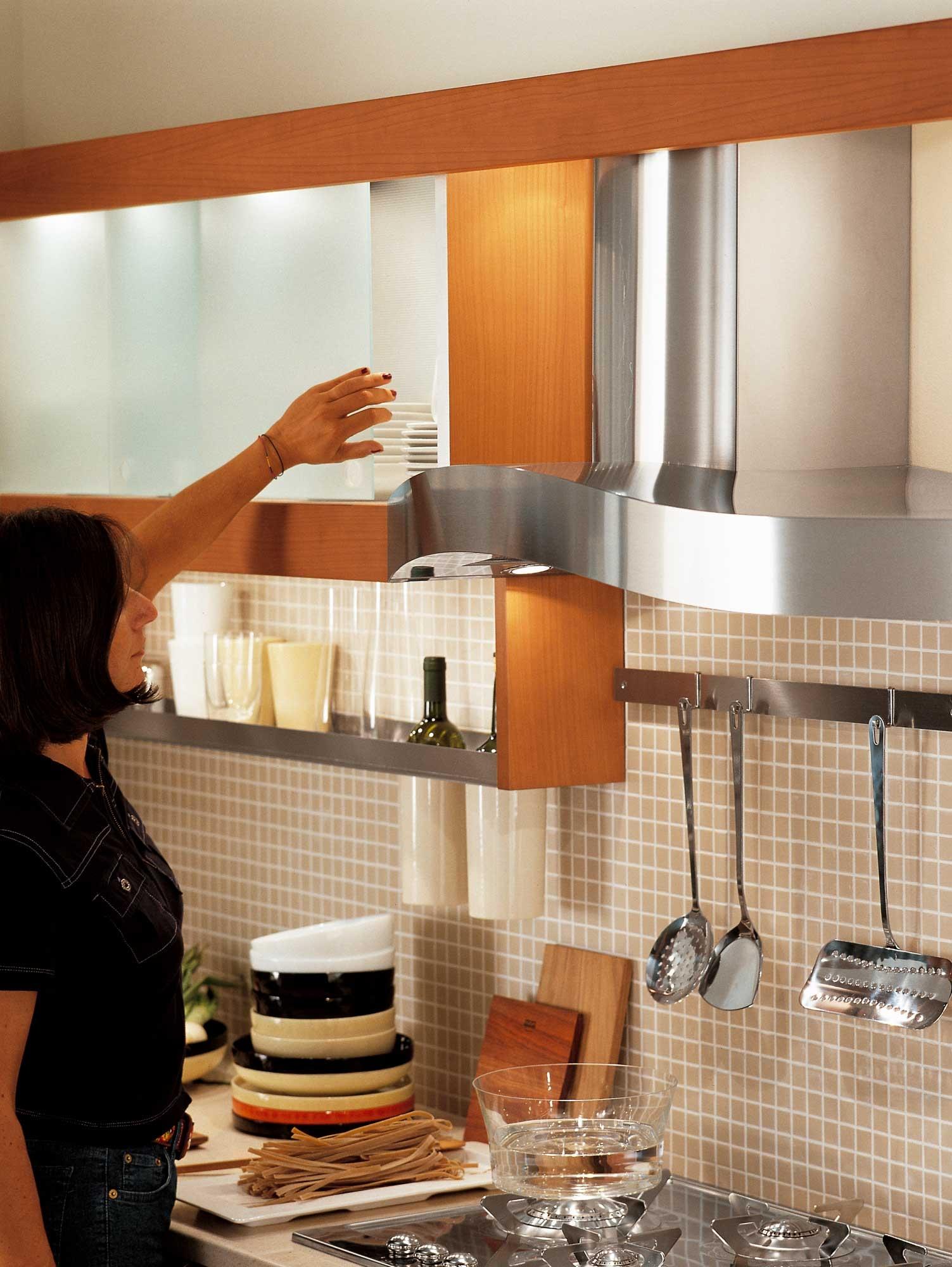 Современный дизайн кухонного гарнитура: раздвижные матовые дверцы