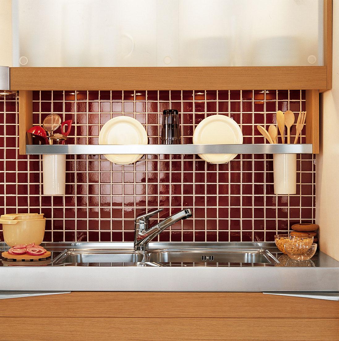 Современный дизайн кухонного гарнитура: бордовая квадратная плитка
