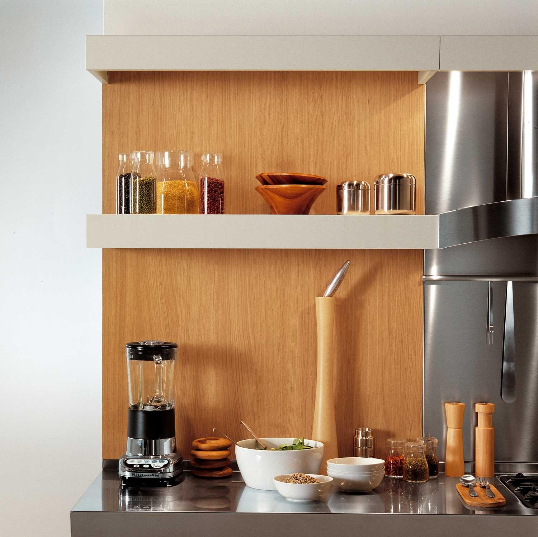 Современный дизайн кухонного гарнитура: различные специи возле плиты